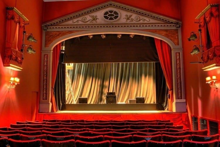 Покана за театър или билет за кино